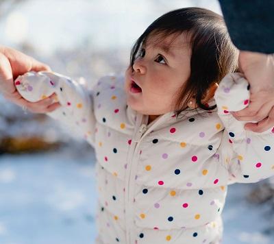 Mit dem Baby spazieren gehen an kalten Tagen Bild oben unsplash.com; Juan Encalada